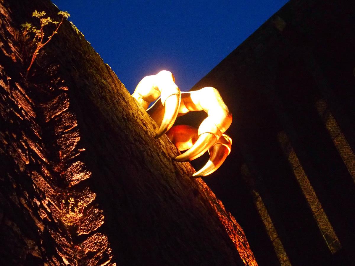 L-habitant-secret-abbaye-du-Mont-Saint-Michel-France-parcours-nocturne-2015-2017-Spectre-Lab-et-Mathilde-Meignan-Photo-Centre-des-monuments-nationaux-1-1